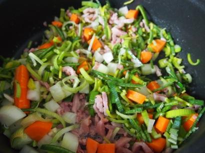 Préparation des légumes et des lardons