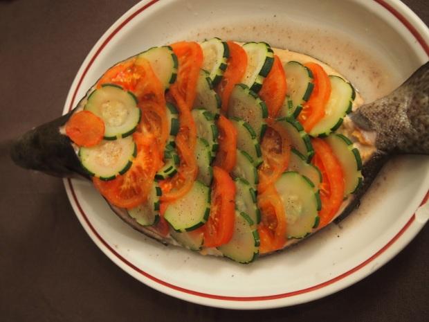 Truite de mer en écailles de tomates et courgettes